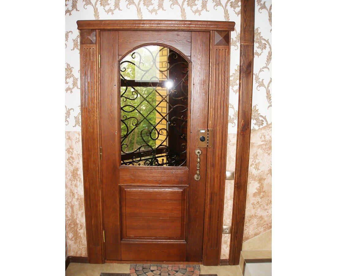 Дверь входная в загородном доме